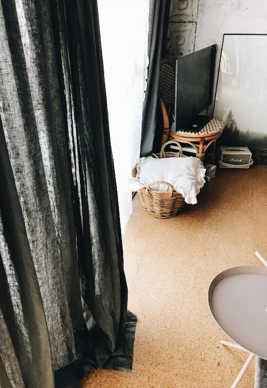 リビングのカーテン下