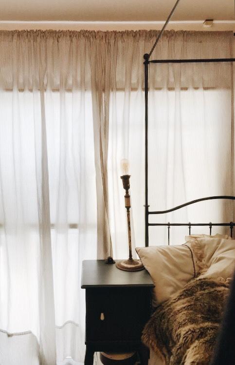寝室のグレーストライプカーテン