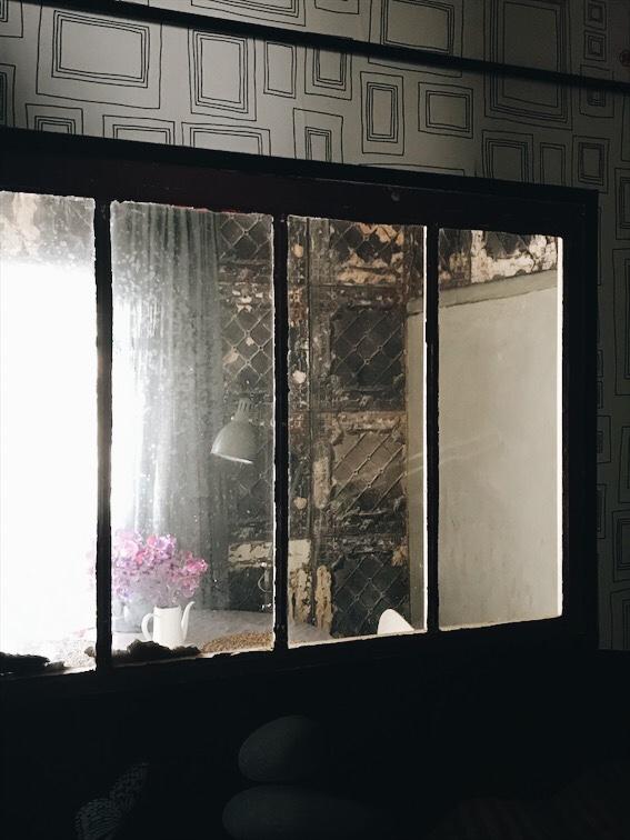 個室側から見たアンティークの室内窓