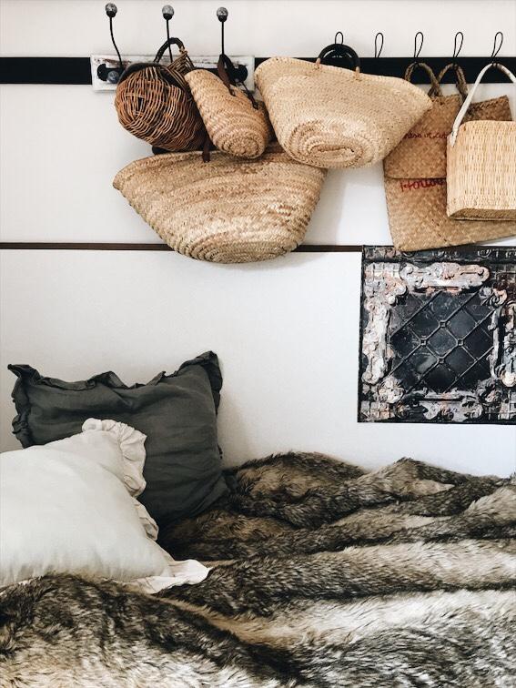 ベッドの上のファーとクッション