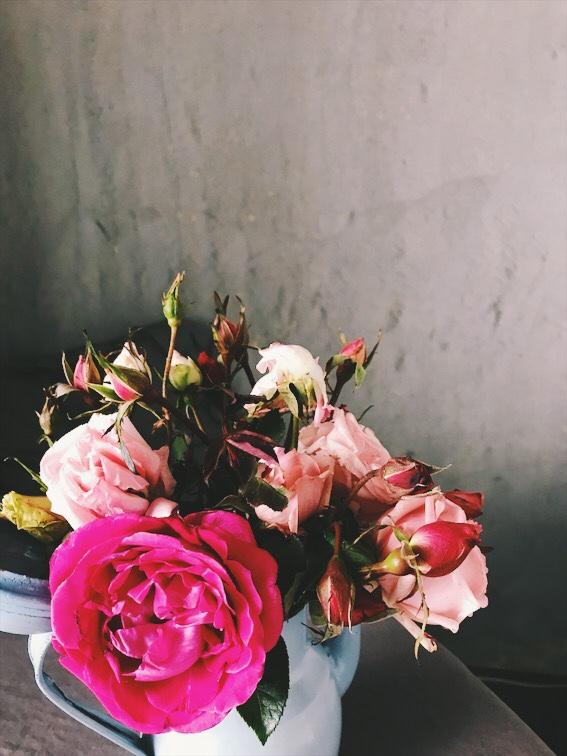 ダイニングに飾ったバラの花束