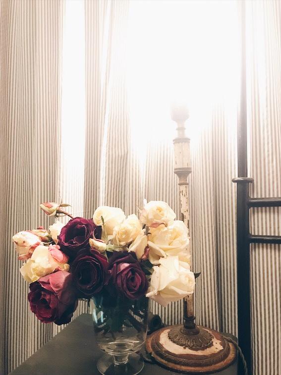 ベッドサイドに飾ったバラ