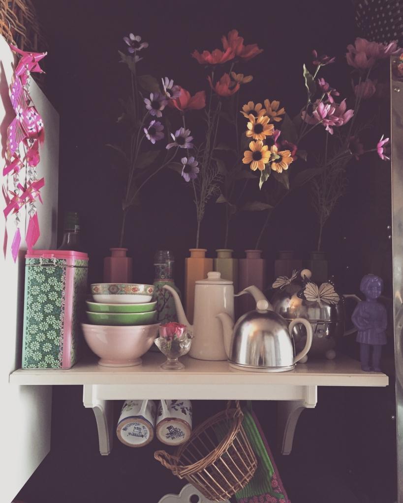 カラフルなキッチンの棚