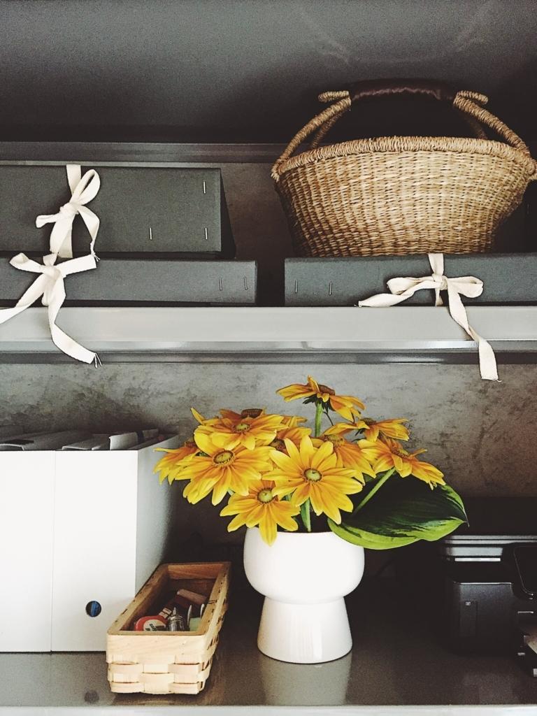 コシャー箱と黄色いルドベキア