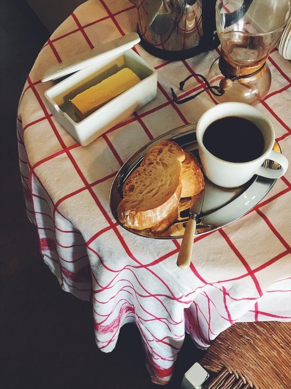 テーブルの上のコーヒーとバゲット