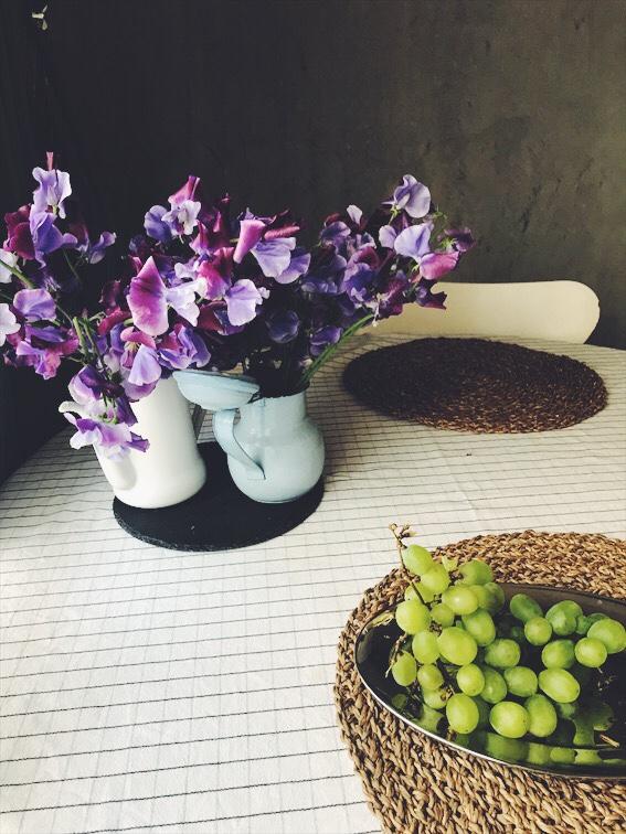 スイートピーとブドウを飾ったダイニング