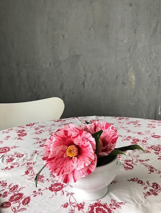 椿と花柄のテーブルクロス
