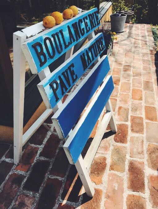 パン屋さんの青い看板