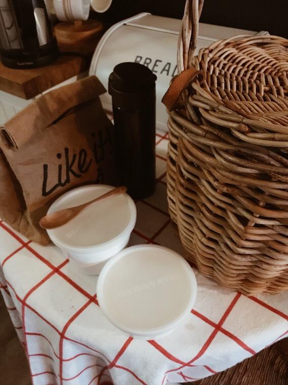 テーブルの上のお弁当と水筒とカゴバッグ
