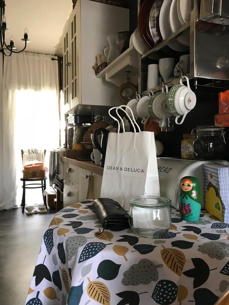 テーブルに置かれたディーンアンドデルーカの紙袋