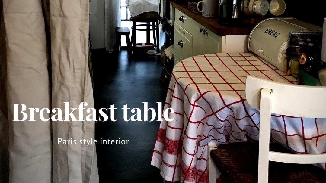 いちご模様のテーブルクロスのブレックファストテーブル