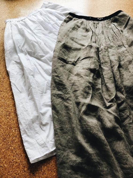 白とグレージュのスカート