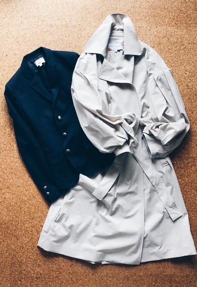 グレージュのスプリングコートと紺ブレ