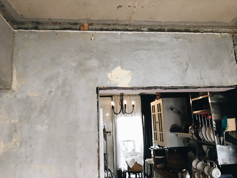 壁と天井の隙間