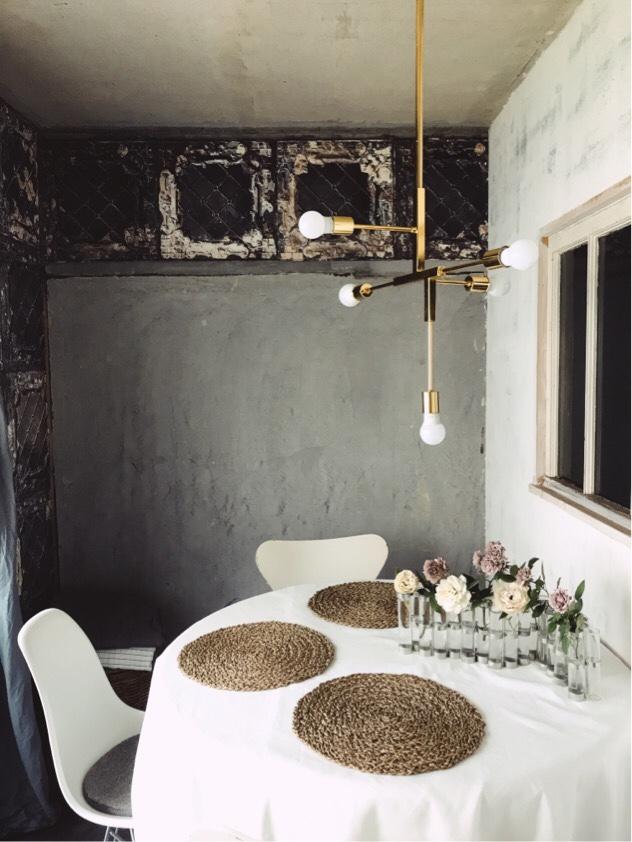 四月の花器のあるダイニングテーブル