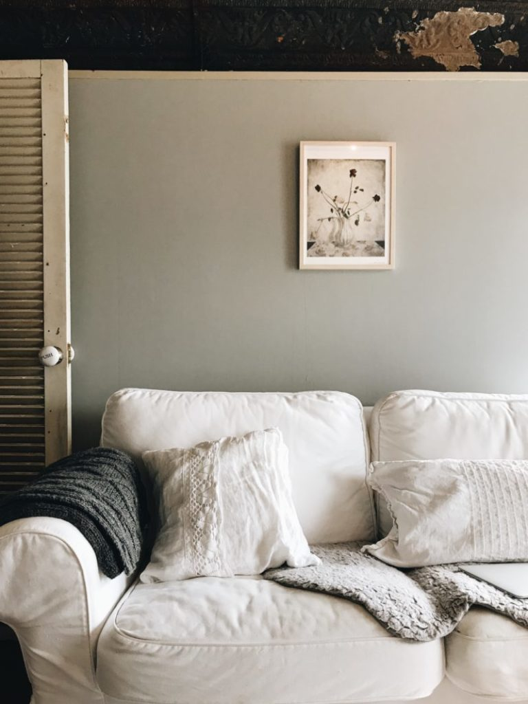 パリ風インテリア リビングのソファ