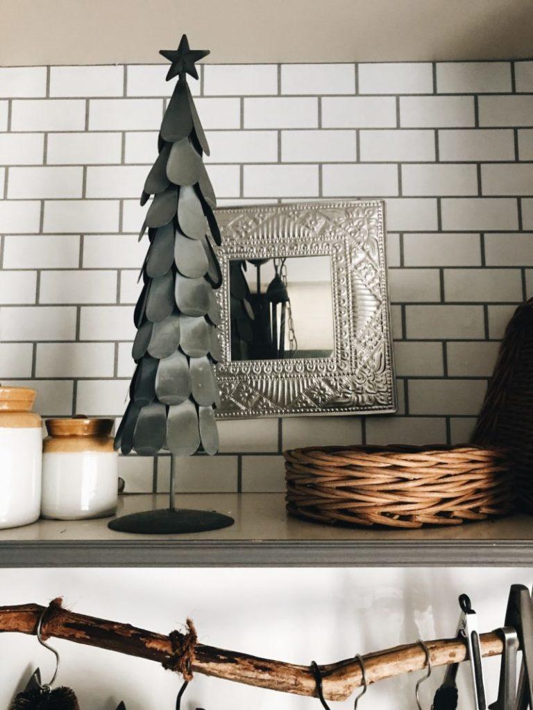 パリ風キッチンのクリスマスツリー