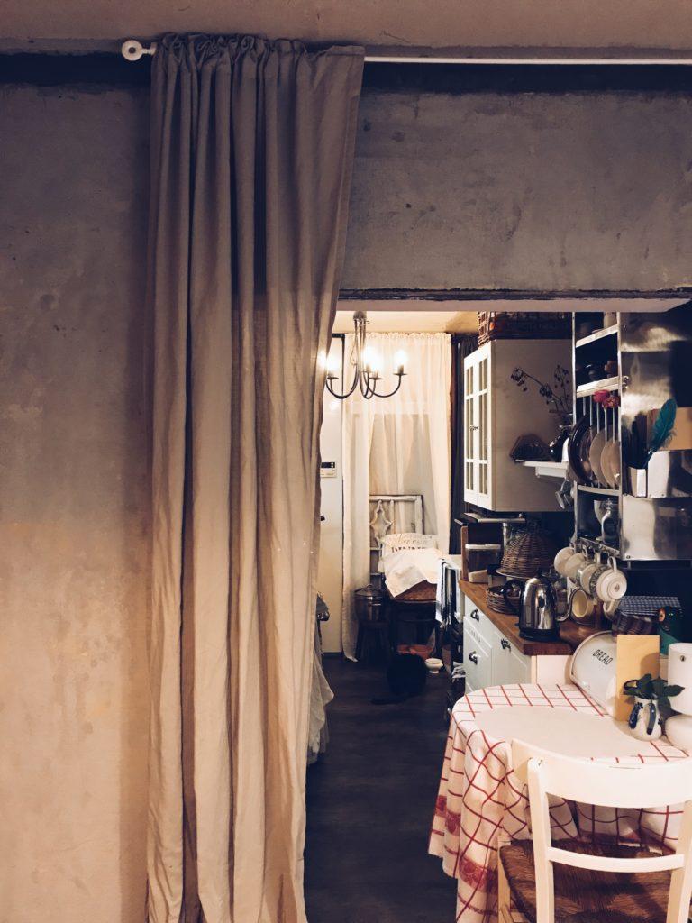 パリ風インテリアのキッチン入り口