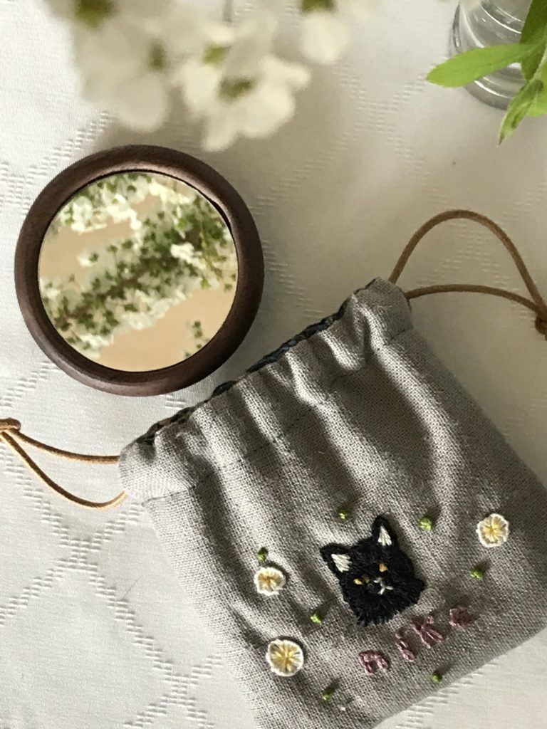 刺繍いりケースと手鏡