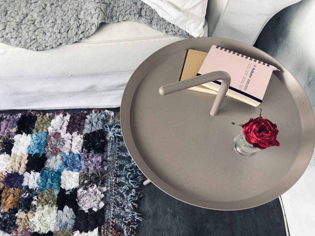 HAYテーブルの上にバラ