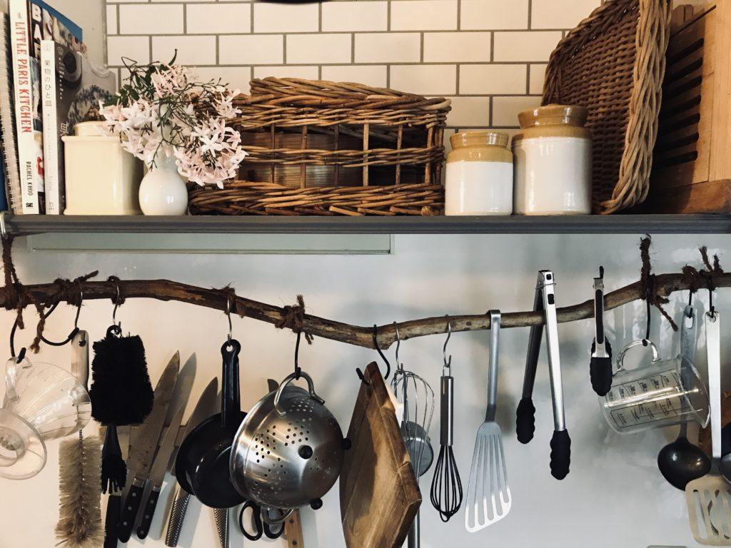 パリ風インテリアキッチン吊り戸棚