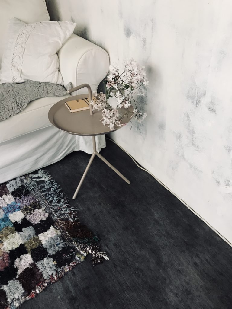 パリ風インテリアリビングのソファとボ・シャルウィット