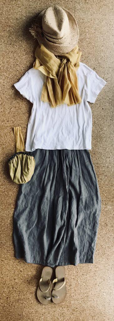 50代マーガレットハウエルスカート着回しコーデ GUスムースTシャツ