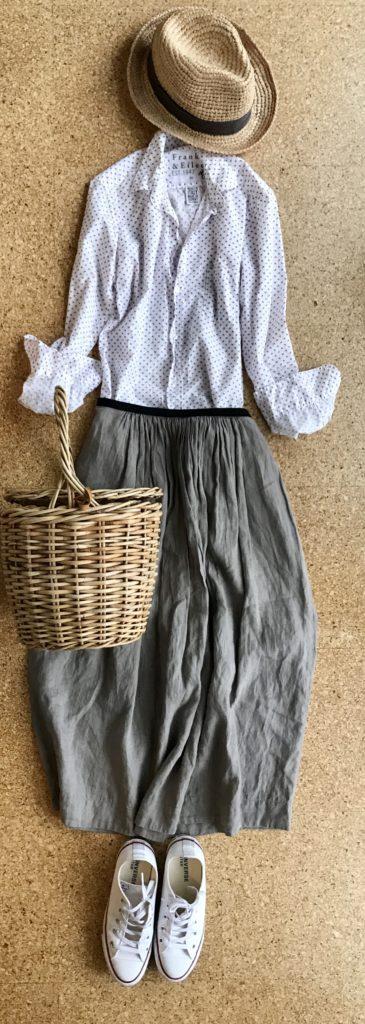 50代マーガレットハウエルスカート着回しコーデ カゴバッグでナチュラル