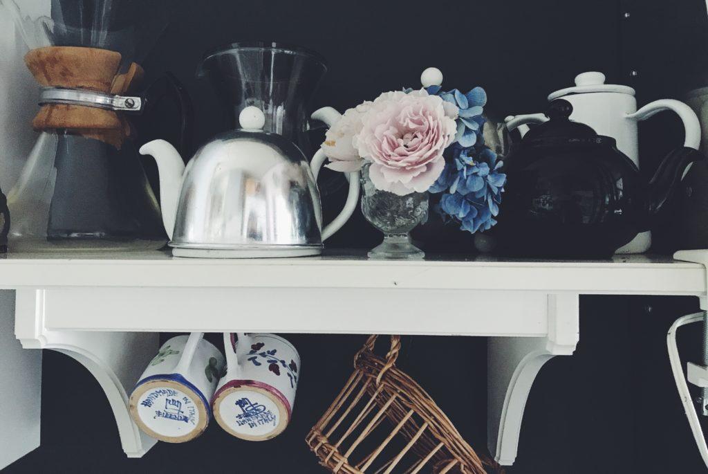 キッチンの棚のバラ