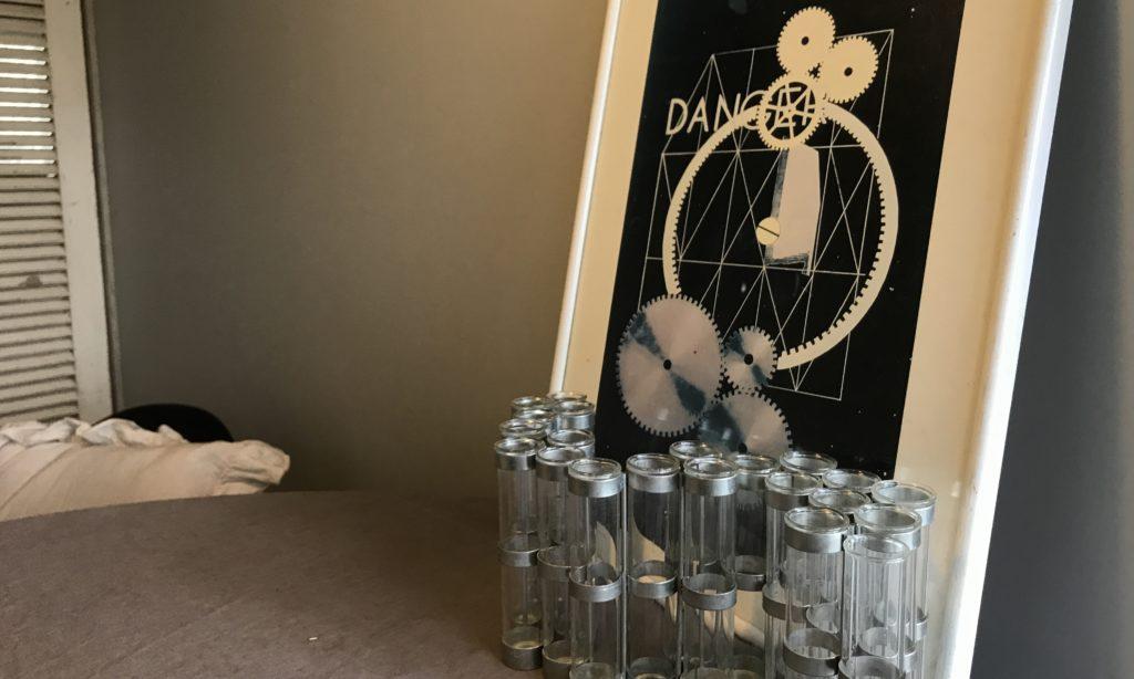 パリ風インテリアダイニングテーブルの上 ツェツェ4月の花器