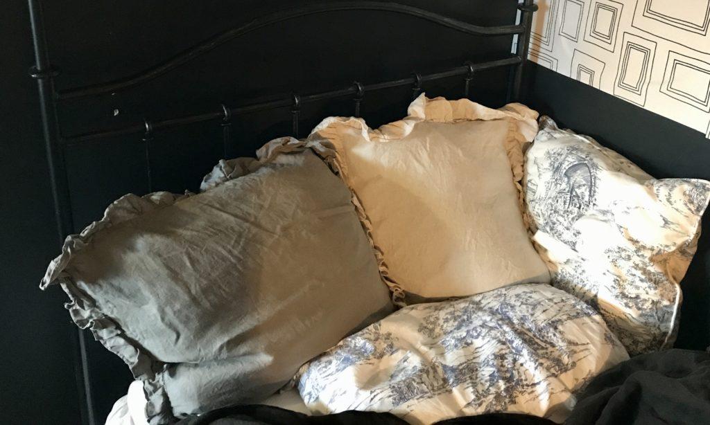 パリ風インテリアベッドルーム