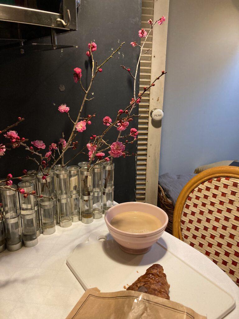 カフェオレとクロワッサンのパリ風朝食