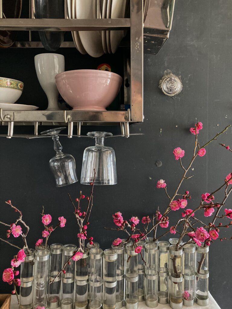 四月の花器と梅の花