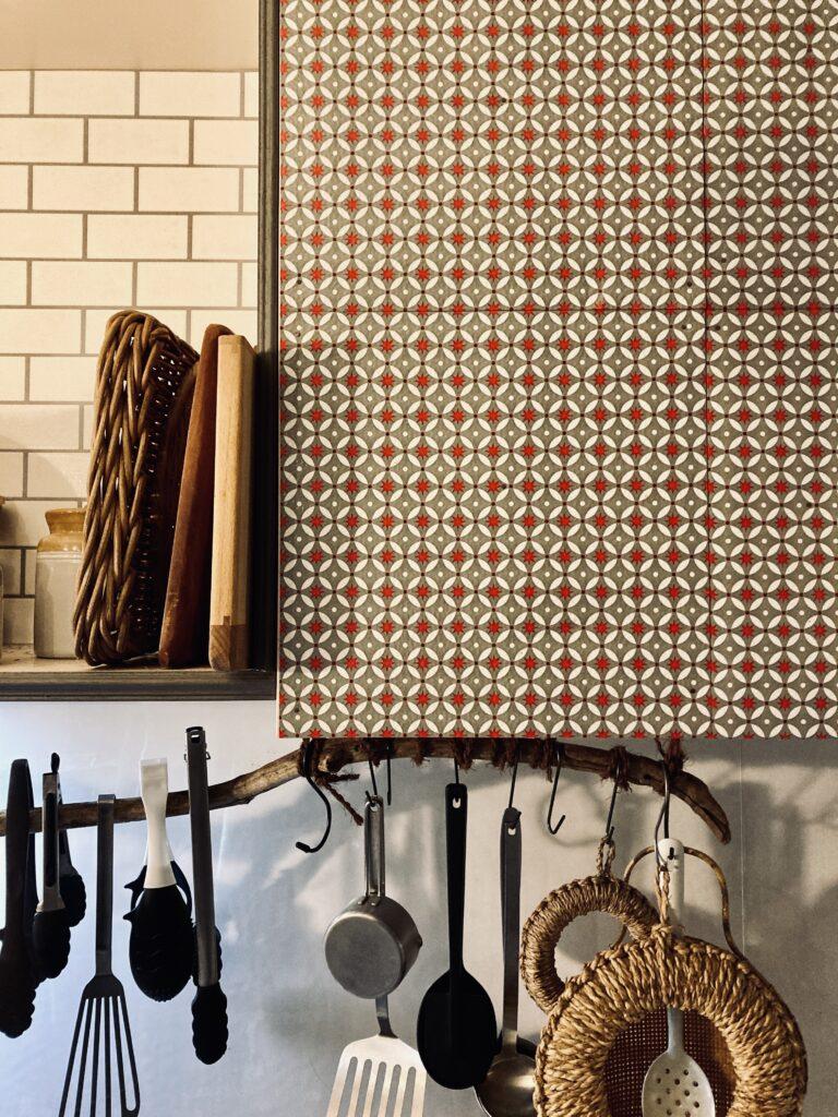 パリ風キッチンの吊り戸棚