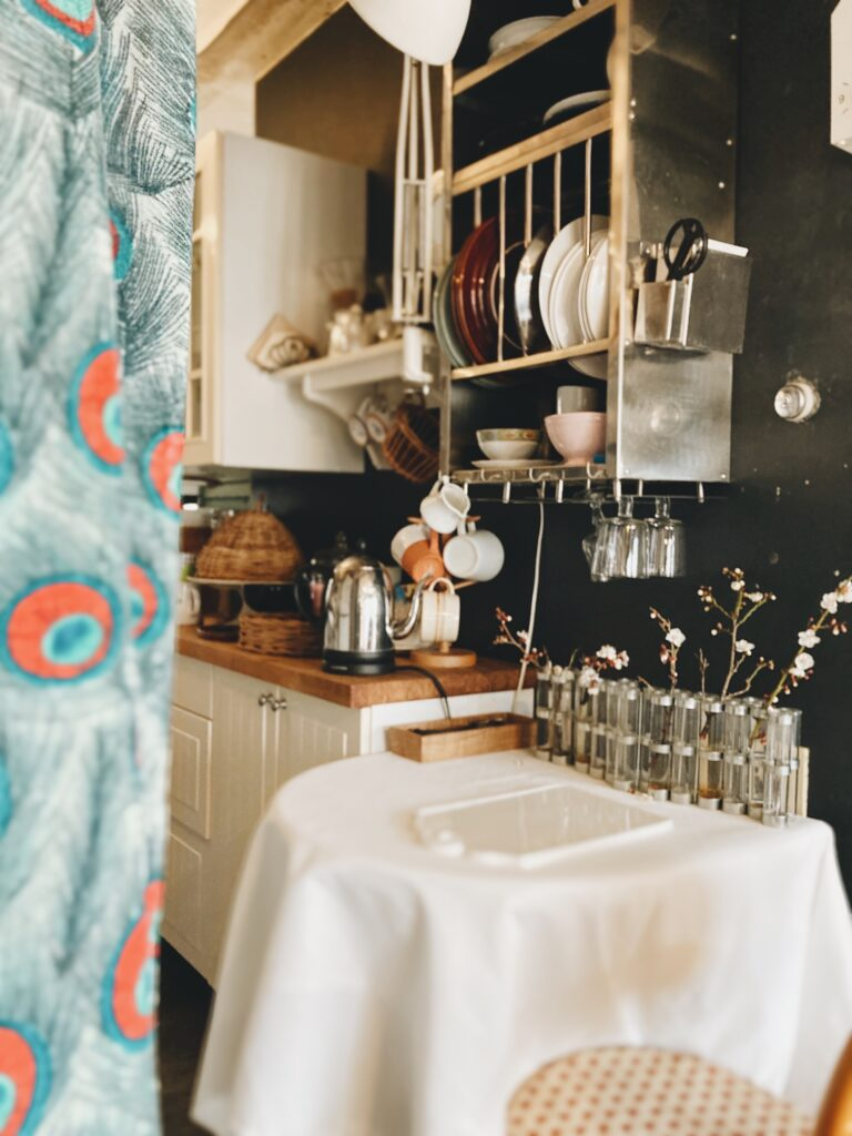 パリ風キッチンのインディアンキッチン ツェツェの四月の花器と白梅