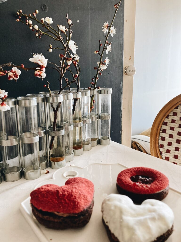 パリ風キッチン ツェツェの四月の花器と白梅
