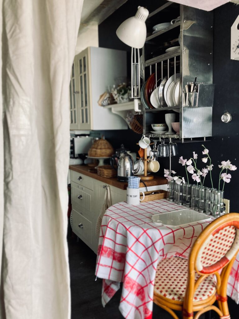 パリ風キッチンの四月の花器とスイートピー