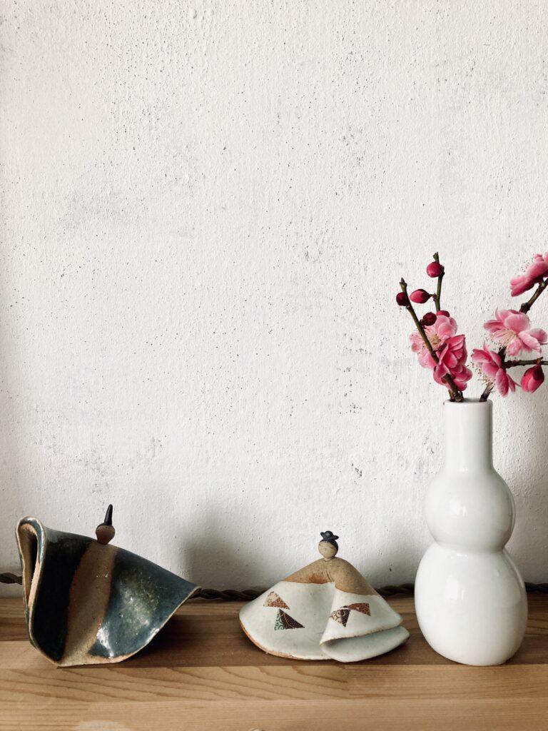 ひな人形と桃色の梅の花