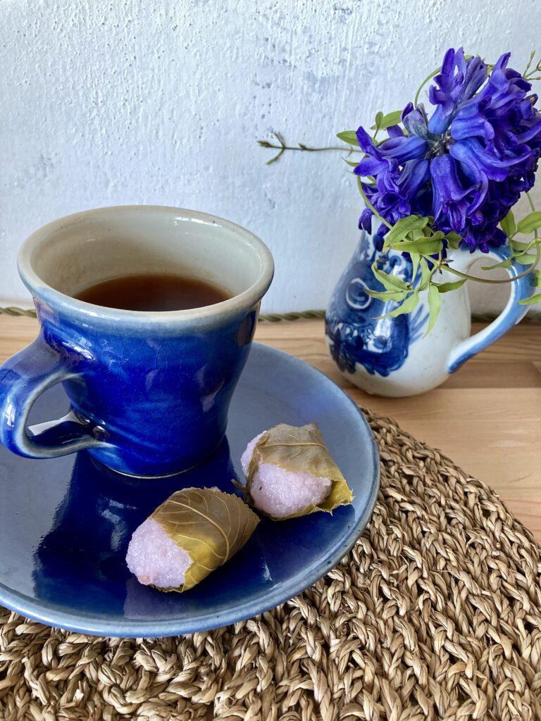 青いヒヤシンスと成城石井の桜餅