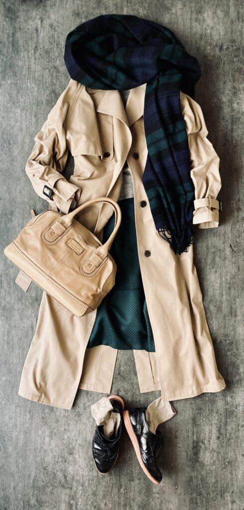 50代トレンチコートのコーデ シルクスカート