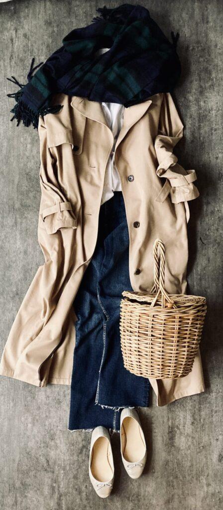 ユニクロ+Jの白シャツとデニムのコーデとトレンチコート50代1週間コーデ