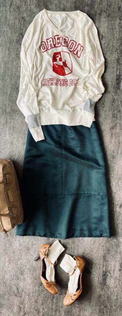 ドロワーの出番の少ないシルクのグリーンのスカートとロゴニットのコーデ