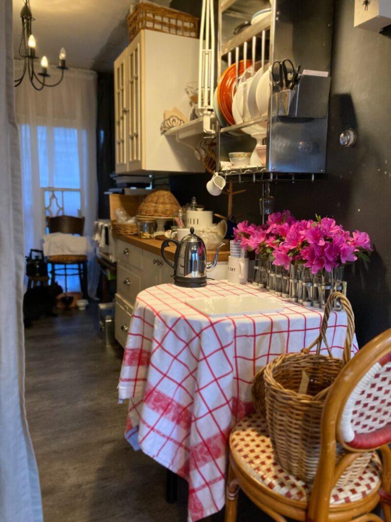 パリ風キッチンとつつじの花