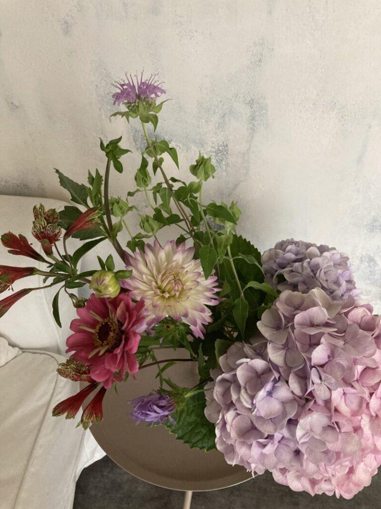 パリ風キッチンに飾った産直ショップの花束