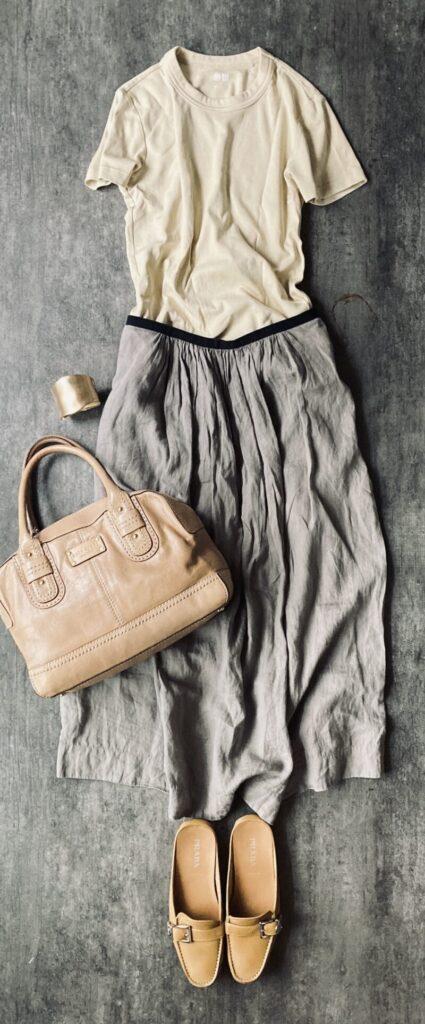 マーガレットハウエルのリネンスカートの50代コーデ