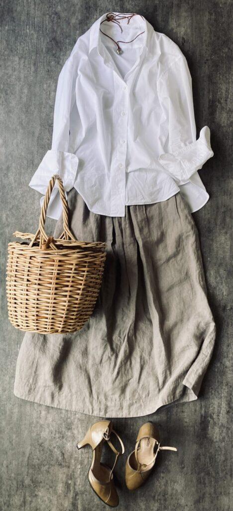 ユニクロ+Jのシャツとマーガレットハウエルのリネンスカートの50代コーデ