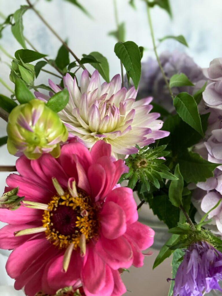 パリ風リビングに飾った産直ショップの花束