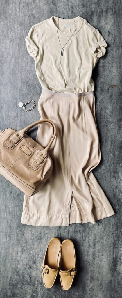 ユニクロUのTシャツとユニクロUのサテンスカートとプラダのバブーシュ