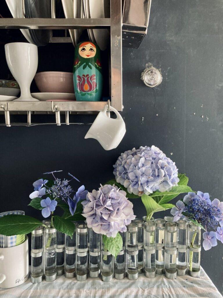 パリ風キッチンのブレックファーストテーブルの紫陽花