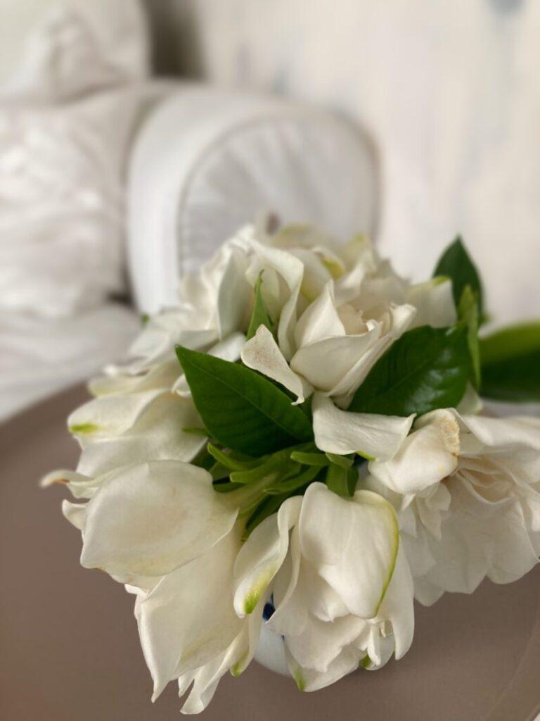 パリ風リビングのくちなしの花